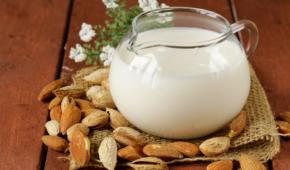 Миниатюра к статье Можно ли миндальное молоко маленьким детям? С какого возраста и как вводить в рацион продукт?